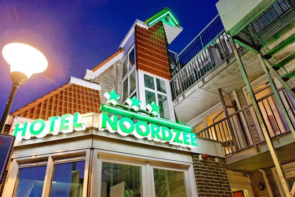 Hotel Noordzee VisitDomburg - foto van buitenkant hotel in de avond