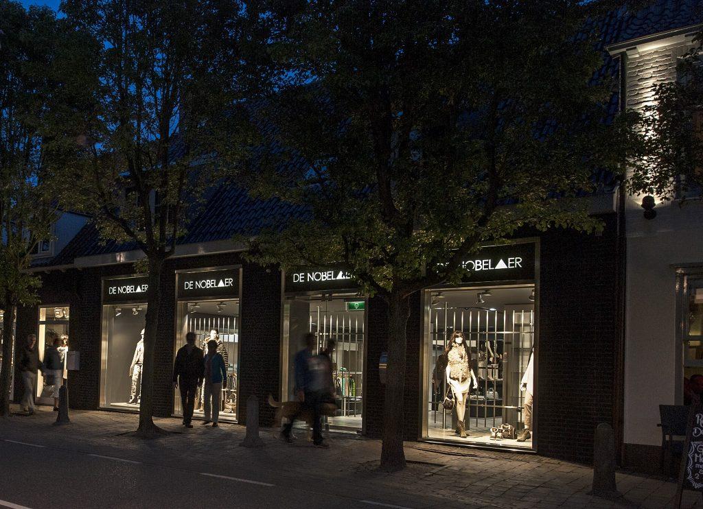 De Nobelaer VisitDomburg - foto van etalage winkel in de avond