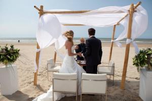 Brooklyn Beach op VisitDomburg - foto van trouwen op het strand