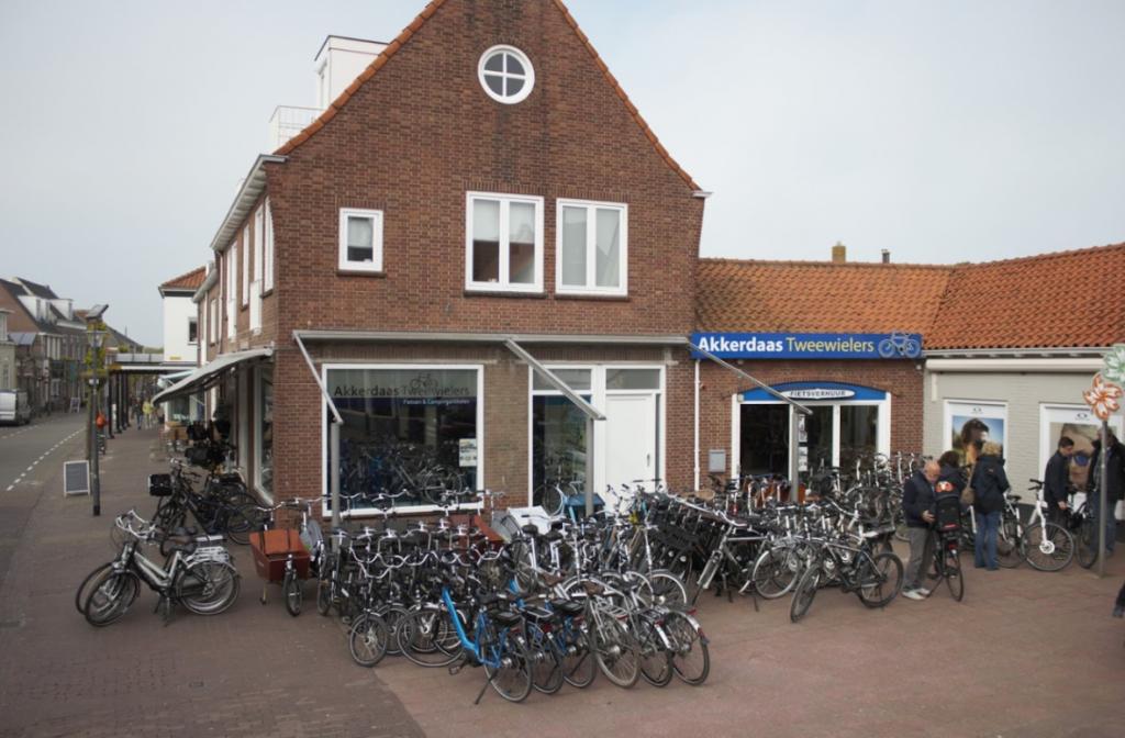 Akkerdaas Tweewielers VisitDomburg - foto van buitenkant winkel