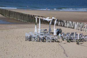 Strandpaviljoen High Hill Beach VisitDomburg - foto van bruiloft op strand voor paviljoen