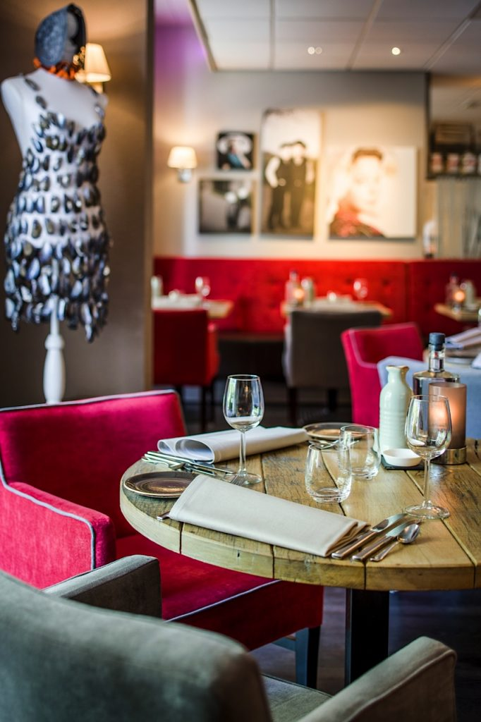 Badhotel Domburg op VisitDomburg - foto van tafel in restaurant in Badhotel Domburg