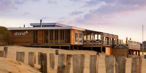 Strand90 VisitDomburg - foto van paviljoen vanaf het strand