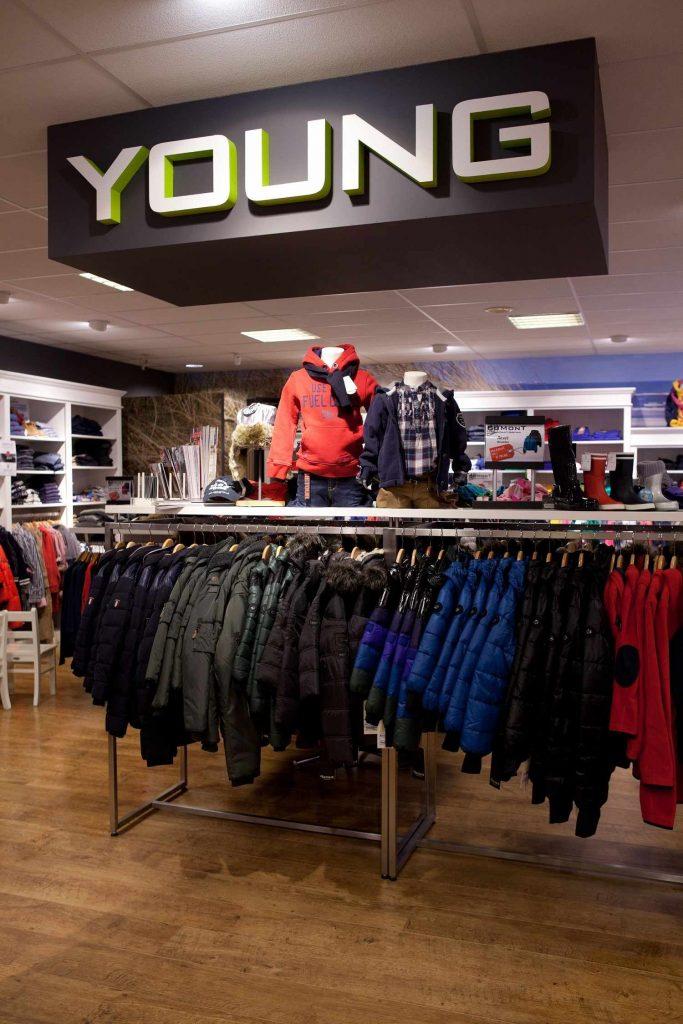 Bomont Domburg op VisitDomburg - Foto kleiding in winkel aan kledingrek