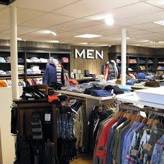 Bomont Domburg op VisitDomburg - foto kleding in winkel op mannenafdeling