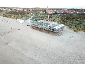 Strandpaviljoen Oase Domburg VisitDomburg - foto van paviljoen vanuit de lucht