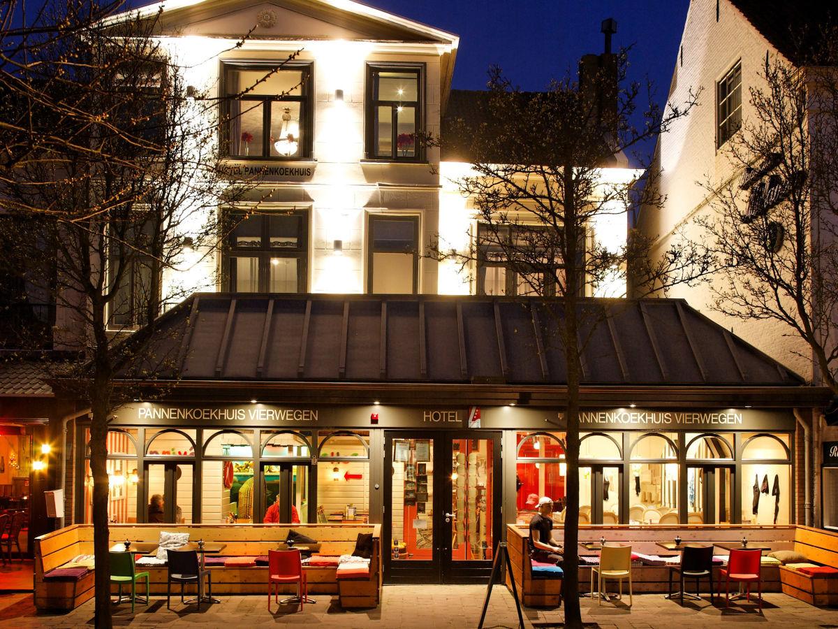 Hotel Vierwegen VisitDomburg - foto van buitenkant hotel in de avond