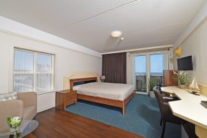 Strandhotel Nehalennia VisitDomburg - foto van bed in hotelkamer