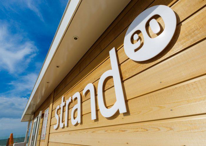 Strand90 VisitDomburg - foto van logo op paviljoen