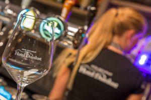 Restaurant Duinlust VisitDomburg - foto van wijnglas en shirt met logo Restaurant Duinlust