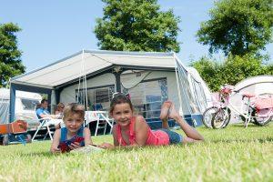 Camping Wetshove op VisitDomburg - foto van kinderen voor de tent