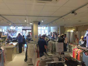 Prosecco mode Domburg op VisitDomburg - foto van dameskledingwinkel aan binnenkant