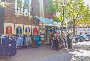 Het Zwaailicht VisitDomburg - foto van buitenkant van de winkel met kleding op stoep