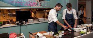 De Visbar Domburg - foto van bar met 2 koks