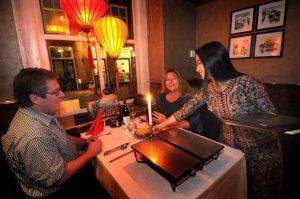 Chinees Indisch Restaurant China Garden Domburg VisitDomburg - foto van tafel in restaurant met serveerster