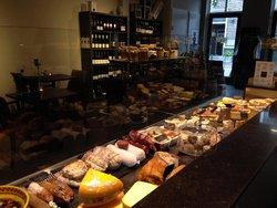 Mondriaans winkel Visit Domburg - foto van binnenkant en assortiment in winkel