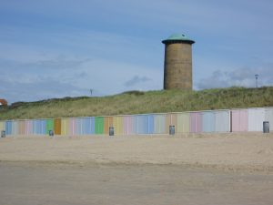 Walcheren vakanties op VisitDomburg - foto van strand Domburg met gekleurde strandhuisjes en watertoren
