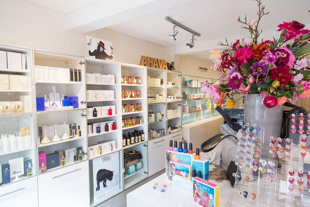 Skincare Center & Luxury Domburg op VisitDomburg - foto van de winkel aan binnenkant en het assortiment