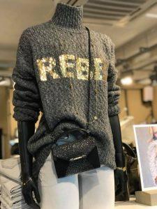 Manhattan Domburg - Pop met kleding in winkel