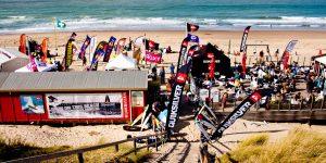 Surfschool Domburg VisitDomburg - Foto van surfschool op strand
