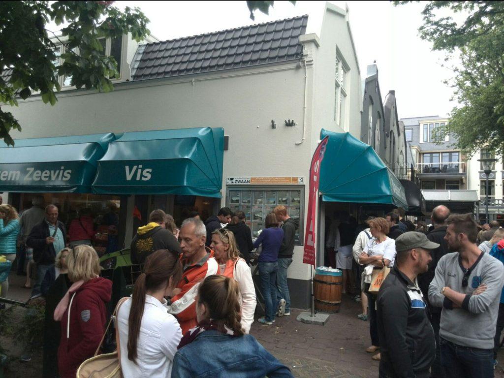 Zeevishandel Brassem op VisitDomburg - foto vanaf buiten met etende mensen