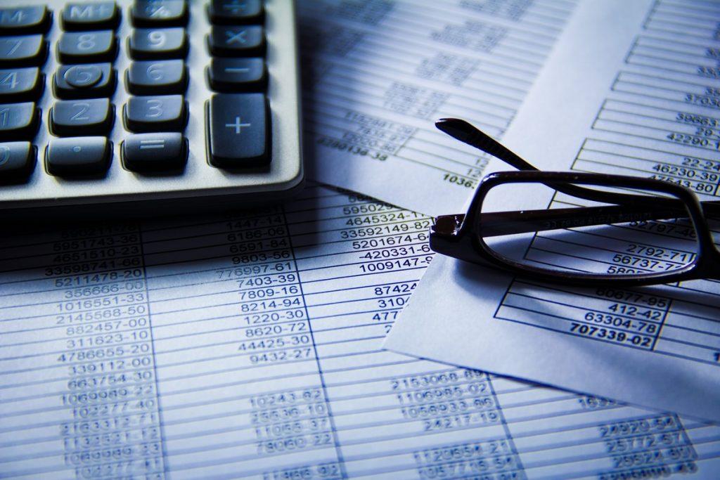 Administratiekantoor Zwemer & Co VisitDomburg - foto van rekenmachine en papieren
