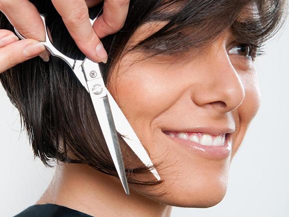 d-hair specialist VisitDomburg foto van schaar in haar van vrouw