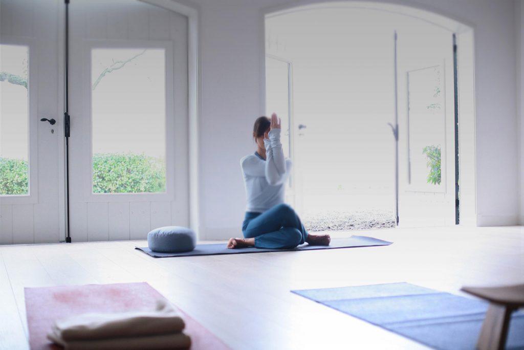 Yogabee VisitDomburg - foto van vrouw die yoga doet in een zaal