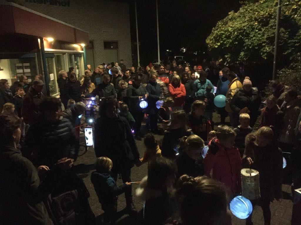 Een gezellige lampionnenoptocht in Domburg - op de foto het verzamelen bij Schuttershof in Domburg