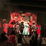 Sint zoekt talentshow VisitDomburg - foto van deelnemer met pieten op het podium tijdens show