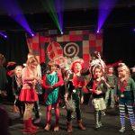 Sint zoekt talentshow tijdens Sinterklaasintocht VisitDomburg - foto van deelnemers tijdens de show op podium