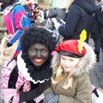 Sinterklaasintocht VisitDomburg - zwarte piet met kind