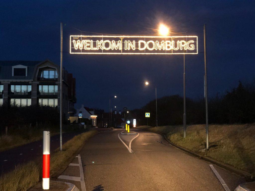 Domburg in de wintermaanden - Domburg foto's - Winterversiering VisitDomburg - -foto van sfeerverlichting binnenkomst Domburg