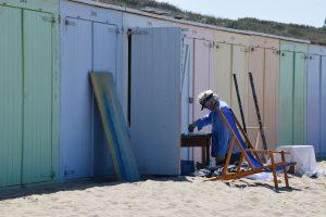 Schildersweek Domburg 2018 - schilder aan werk bij strandhuisje - visitdomburg